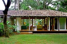 """casa em ubatuba : : Like the styling, mix of modern/natural, windows. """"open"""" hallway to court yard/pool along guest bedrooms? Tropical House Design, Tropical Houses, Bungalow, Casa Patio, Tropical Architecture, Courtyard House, Little Houses, Cozy House, My Dream Home"""