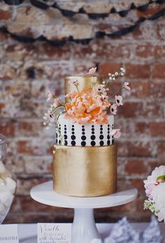Let Them Eat… Gold? 20 Gorgeous Metallic Cakes | Brit + Co