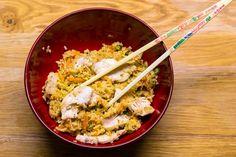 Ein einfaches Gericht, schnell gemacht. Gebratener Reis mit Sesam und Samöl und angebratener Hähnchenbrust. Viele Variationen sind möglich.