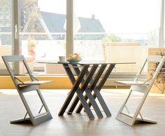 """Mit den flachen, bedruckten Klappstühlen und Regalen der """"Fläpps""""-Serie hat Ambivalenz bereits vielfach für Aufsehen gesorgt. Eine gute Basis, um das einzigartige """"Micro.Flexible. Interior"""" – Design um weitere, zeitgemäße Möbel zu erweitern."""