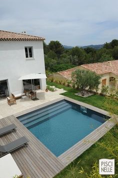 A Piscinelle in parfaite harmony with son environment. Small Backyard Pools, Small Pools, Swimming Pools Backyard, Swimming Pool Designs, Pool Landscaping, Ideas De Piscina, Swiming Pool, Plunge Pool, In Ground Pools