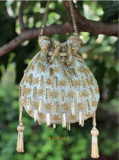 Beautiful Potli Bag Designs to Carry at Wedding Ceremonies Beaded Purses, Beaded Bags, Embroidery Bags, Beaded Embroidery, Vintage Purses, Vintage Handbags, Potli Bags, Bead Sewing, Bridal Clutch