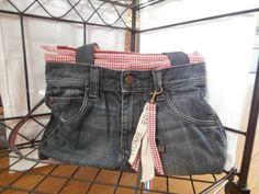 Maak een jeans-tas van een oude spijkerbroek - dit DIY idee en andere upcycling inspiratie is te vinden op Upcycle Me