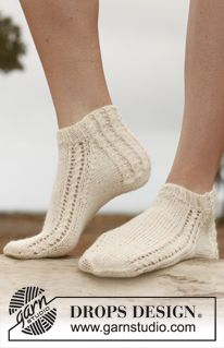 "Twisty - Knitted DROPS ankle socks with small cables in ""Fabel"". - Free pattern by DROPS Design Crochet Socks, Knitted Slippers, Knitting Socks, Free Knitting, Finger Knitting, Crochet Granny, Hand Crochet, Drops Design, Baby Knitting Patterns"