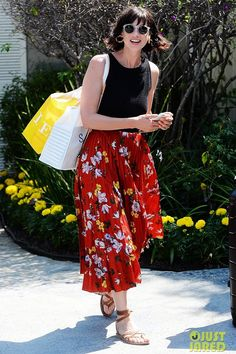 Caitriona Balfe Enjoys the Pampering at Jennifer Klein's Day of Indulgence! Caitriona Balfe looks so refreshed while leaving producer Jennifer Klein's Day of Indulgence party on Sunday afternoon. Fashion Photo, Fashion Beauty, Caitriona Balfe Outlander, Spring Fashion, Autumn Fashion, Claire Fraser, Girl Crushes, Beautiful People, Midi Skirt