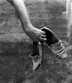 """Autorretrato con mocasiones (1988) CÓMO CANTABA MAYO EN LA NOCHE DE ENERO: """"Somos como éramos"""" (Alberto García-Alix) / photography"""