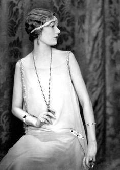 The headband, bandeau, or aigrette from the was worn against the forehead rather than on top of the hair, in contrast to the diadems or formal tiaras from the Victorian or Belle Epoque eras. Shown in Alden Gay wears Cartier originals. Moda Vintage, Vintage Vogue, Vintage Ladies, Vintage Fashion, Vintage Woman, Vintage Glamour, Victorian Fashion, Belle Epoque, Roaring 20s Fashion