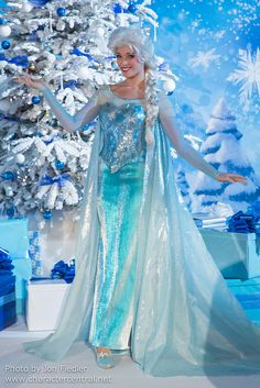Information about Elsa (Queen Elsa) and pictures of Elsa including where to meet them and where to see them in parades and shows at the Disney Parks (Walt Disney World, Disneyland, Disneyland Paris, Tokyo Disneyland) Frozen Cosplay, Elsa Cosplay, Frozen Costume, Disney Cosplay, Disney Costumes, Halloween Games Adults, Halloween Party Games, Kids Party Games, Halloween Fun