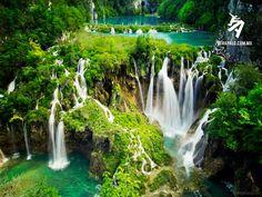 El Parque Nacional de los Lagos de Plitvice es el más conocido y visitado en Croacia. Cuenta con 16 lagos, además de múltiples cascadas, saltos de agua y arroyos.  Fue declarado Parque Natural por las autoridades de la antigua Yugoslavia en 1949 y recibió el reconocimiento de la UNESCO como reserva natural en 1979. Fue candidato a ser una de las siete maravillas naturales del mundo en el 2011.