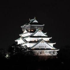 Osaka Castle at night by Apricot Cafe, via Flickr