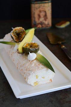 Chic, chic, chocolat...: Pavlova roll à l'ananas; le biscuit roulé pavlova qui se prend pour une bûche de Noël