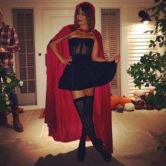 Lea Michelle posa com fantasia de chapeuzinho vermelho