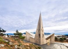 Reiulf Ramstad completes wooden church with a grand spire beside a Norwegian fjord [1.12.14]
