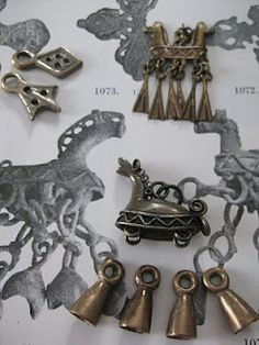 "Hibernaatiopesäke / ""Small bronze horses from Kekomäki, Kaukola."""