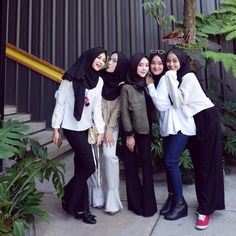 Hijab Casual, Ootd Hijab, Hijab Dress, Hijab Outfit, Bff Pictures, How To Pose, Friends Fashion, Best Friend Goals, Hijabs