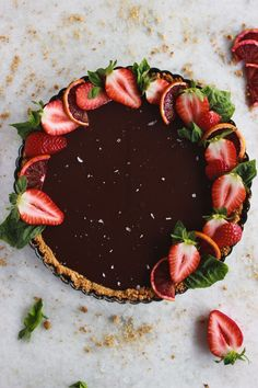 A vegan chocolate tart that takes 20 minutes to make and is rich and decadent too! Top it with all sorts of fruit, raspberries, strawberries, or anything you have in your fridge. Perfect for company when you want and impressive but easy dessert! Dairy Free Chocolate, Vegan Chocolate, Chocolate Desserts, Vegan Desserts, Easy Desserts, Delicious Desserts, Dessert Recipes, Plated Desserts, Ganache Torte