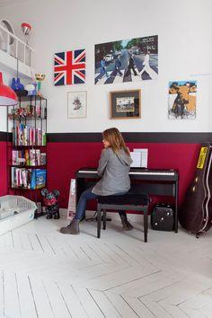 Chez Sarah Lavoine - mur bicolore : jolie façon d'habiller un parquet peint en blanc