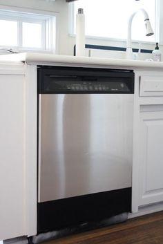 Renove seus aparelhos de cozinha com um visual de aço inox com papel contact do tipo aço inox. | 42 maneiras fáceis e inteligentes de esconder as coisas feias da sua casa