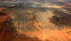 Dadaab está situado cerca de Garissa, en la frontera entre Kenia y Somalia, y es famoso por una triste realidad: es el campamento de refugiados más grande del mundo con más de 300.000 personas viviendo allí (llegó a albergar más de medio millón). Son fundamentalmente somalíes que huyeron de la Guerra Civil en el país, en el año 1991. Con el paso de los años este lugar ha ido creciendo y creciendo, convirtiéndose casi en una auténtica ciudad con comercios y que intenta cubrir las…