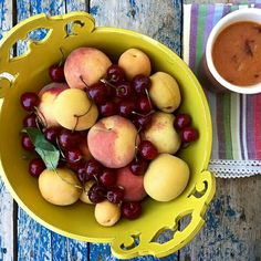 A refreshing and healty milk shake with plums, cherries and peaches via @noake . Cofane bowl by @dishesonly