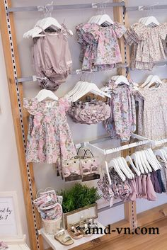 51 Ideas for clothes design store display Clothing Store Interior, Clothing Store Design, Children's Boutique, Boutique Design, Kids Store Display, Store Displays, Retail Store Design, Small Store Design, Retail Stores