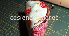 ¡Buenos días!     Ayer no escribí, pero es que estaba preparando un supertutorial para hacer ¡un monedero con boquillamuy singular! Es es... Fabric Crafts, Sewing Crafts, Small Coin Purse, Frame Purse, Small Bags, Singular, Clutch Bag, Hand Sewing, Tutorials