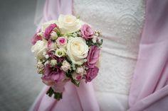 Brautstrauß in Weiß und Pink mit Rosen bei www.weddingstyle.de | Foto: Hannelore Kirchner