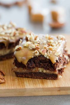 Forget the fancy bakery – these Turtle Cheesecake Cookie Bars are an impressive dessert you can make at home! A chocolate cookie base a caramel cheesecake center and lots of chocolate caramel and pecans to top them off! Turtle Cheesecake Recipes, Caramel Cheesecake, Cheesecake Cookies, Cookie Recipes, Dessert Recipes, Snacks Recipes, Shrimp Recipes, Dessert Ideas, Yummy Treats