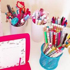 Uma caneta minha preta e porosa, estourou essa semana, e foi sujeira pra todo lado! 😫 Vou guardar todas elas em caixinhas, na horizontal à partir de hoje. 😌 Não quero mais passar por isso. 😒 Foi bem chato, e eu adorava escrever com ela. 😭 Como e onde vocês guardam as canetas de vocês? .  Beijos mundo! 🙋😚 .  #sexta #pic #pen #love #canetas #cor #cores #picture #insta #instapaper