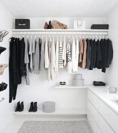 Construindo Minha Casa Clean: 10 Truques Fáceis para Organizar o Closet e Guarda Roupa! Dressing Angle, Dressing Ikea, Dressing Room, Wardrobe Organisation, Home Organization, Closets Pequenos, Dressing Design, Monochrome Bedroom, Minimalist Wardrobe