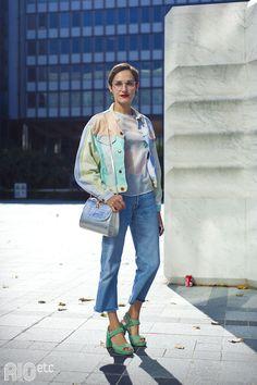 RIOetc | De jaqueta jeans colorida, bolsa metalizada e salto turquesa!