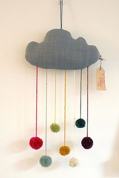 Pom Pom Wolke - Mobilé von Tante_Tin love this contemporary arty plush cloud and pompom rain mobile Sewing Projects, Craft Projects, Projects To Try, Diy Pompon, Diy For Kids, Crafts For Kids, Pom Pom Mobile, Cloud Mobile, Diy And Crafts
