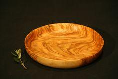 Plato de madera de olivo, medidas de 190 x 35 mm y 220 x 35. Apto para comer.