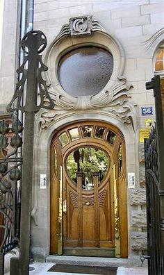 Porta em estilo Arte Nouveau.