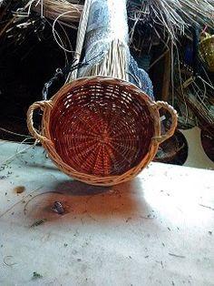 Nico, el artesano de mimbre, anea, rejilla, cuerda y caña:   Cesta de mimbre de dos colores