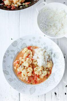Curry z kalafiorem i pomidorami