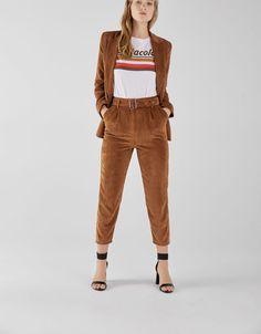 401e3eb454c73 Pantalon carotte en velours côtelé avec ceinture. Découvrez cet article et  beaucoup plus sur Bershka