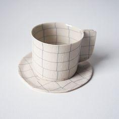 Vaisselle de porcelaine à la main    Mesures (environ)  Tasse: 7 x 10 x 6 (cm) / 2,8 x 3,9 x 2.4 (pouces)  Soucoupe : 12 x 12 x 0,3 (cm) / 4,7 x 4,7