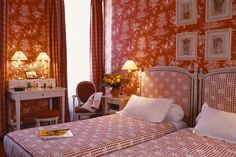 I love the sophisticated French country decor of the Hotel du Pantheon, Paris. I'd like to stay in this romantic and feminine room.