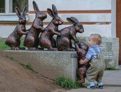 Crianças demonstram afeto até com estátuas. Vejas as imagens http://r7.com/sXgI