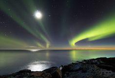 La luz del Sol ausente en una aurora, la Luna y el cometa PanStarrs