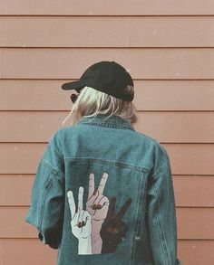 The jean jacket Painted Denim Jacket, Painted Jeans, Painted Clothes, Denim Kunst, Diy Clothing, Custom Clothes, Mode Style, Diy Fashion, Creations