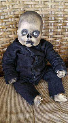 Horror Doll THOMAS Halloween Snacks, Creepy Doll Halloween, Creepy Baby Dolls, Creepy Toys, Spooky Halloween Decorations, Creepy Cute, Halloween Projects, Zombie Dolls, Halloween Countdown