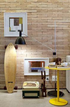 Cet intérieur au cœur de Brooklyn a été pensé par les architectes Fernanda Tagacini et Nathalia Mouco de l'agence Très Arquitetura. Cet appartement est agencé en longueur comme une enfilade de la cuisine, la salle à manger et du salon. Afin de faire entrer un maximum de lumière, le choix a été