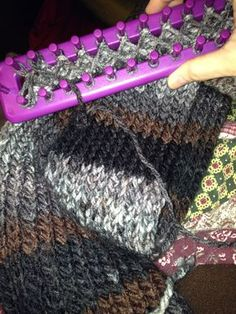 Following the instructions on this tutorial I did this scarf. What a discovery it has been to find the loom!!! I love it!!!  Siguiendo las i...
