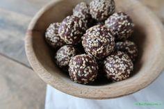 Deze crunchy bliss balls variant heeft een topping van sesamzaadjes. Enjoy! www.eatpurelove.nl #blissballs #crunchyblissballs #recipe #healthysnack #eatpurelove