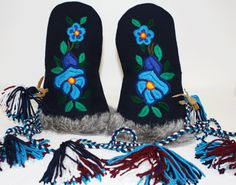 Navy / Moose Hide Mittens Made by: Dora Duncan, a Sahtu Dene of Colville Lake, NT residing in Alberta. Beaded Shoes, Beaded Moccasins, Aboriginal Clothing, South American Art, Ribbon Shirt, Nativity Crafts, Beaded Crafts, Mittens Pattern, Native American Beading