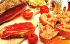 pan- con tomaquet une célèbre entrée Catalane pain légèrement grillé, frotté d'ail, tomate, et huile d'olive jamon de Serrano Buen provecho