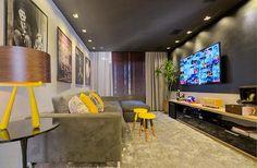 Projeto elaborado para um apartamento de luxo situado na beira-mar de Fortaleza, o home cinema foi pensando para o cliente que queria como prioridade um espaço em comum para seu entretenimento, o teto preto e as cores escuras foram utilizadas para enriquecer a sensação de conforto.
