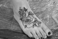 delikatny czarny tatuaż kwiatów na stopie róże Tatoo